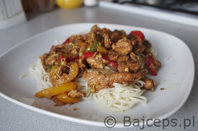 Kurczak smażony z papryką, kiełkami i imbirem po azjatycku