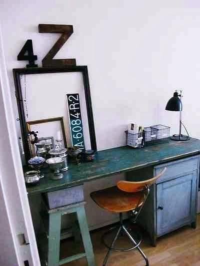 DRewniane krzesło obrotowe, oryginalne biurko, czarne litery i cyfry.
