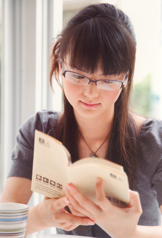 メガネをかけて読書中の多部未華子