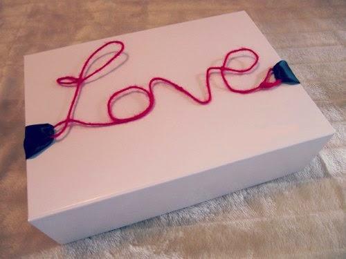 Personalización del empaquetado de un regalo con palabra decorativa de alambre