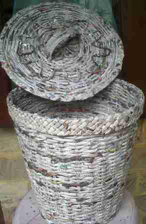 kerajinan tangan dari barang bekas ; daura ulang kertas koran, keranjang sampah kering