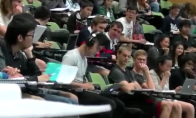 Mahasiswa Yang Nonton Film Dewasa Di Kelas ini, Tak Sadar Suaranya Kedengaran Sekelas