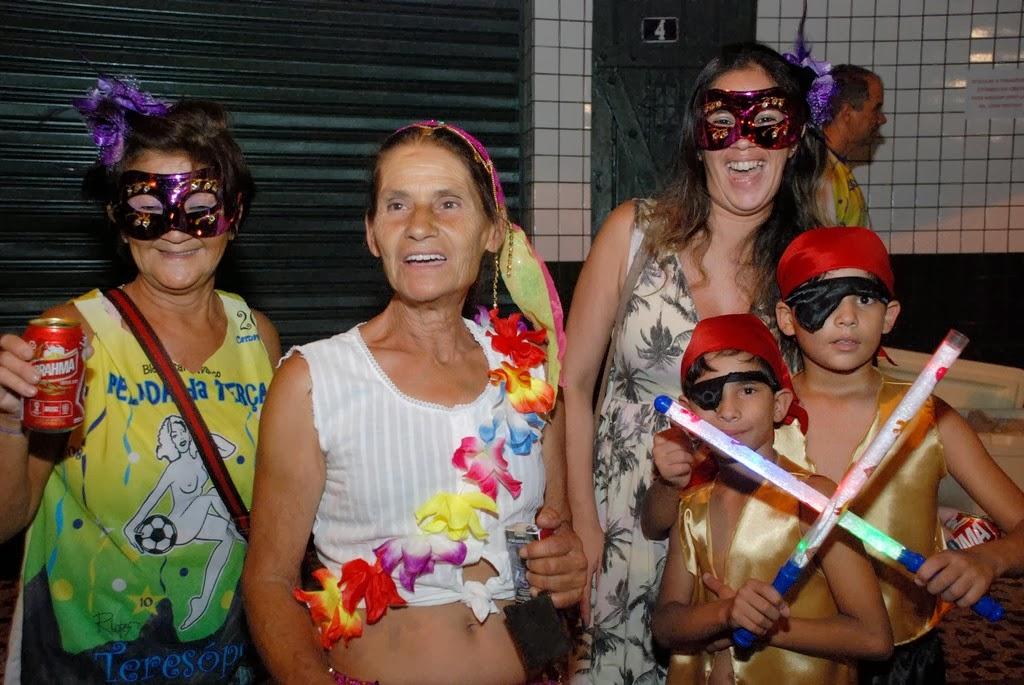 Fabíola Miura aproveitou o primeiro dia de Carnaval e levou toda a família para se divertir, inclusive os dois filhos pequenos