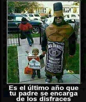 Foto de un tipo disfrazado de botella de whiskey y el hijo de paquete de tabaco.