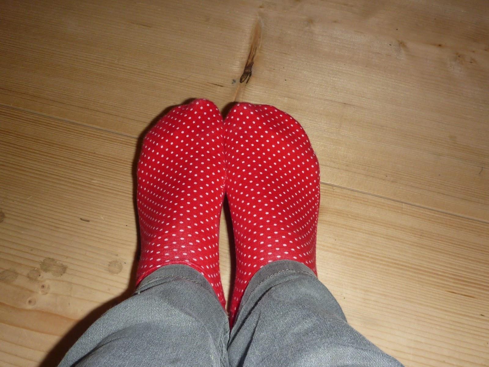 Rote Socken mit Pünkchen nähen