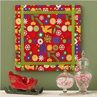 Decorar las paredes con papel de regalo, forrar cajas para usar como decorativo