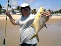 Foto de um pescador com um peixe pampo no anzol