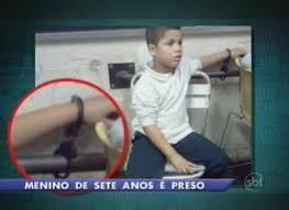 Menino de 7 anos preso, algemado e interrogado