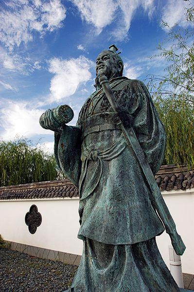 Estatua de Sun Tzu en Yurihama, Tottori, Japón.