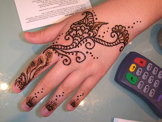 A Simple Henna Design for Family Party and Get together