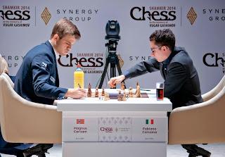 Echecs : Fabiano Caruana (2783) 1-0  Magnus Carlsen (2881) au Mémorial Vugar Gashimov - Photo site officiel