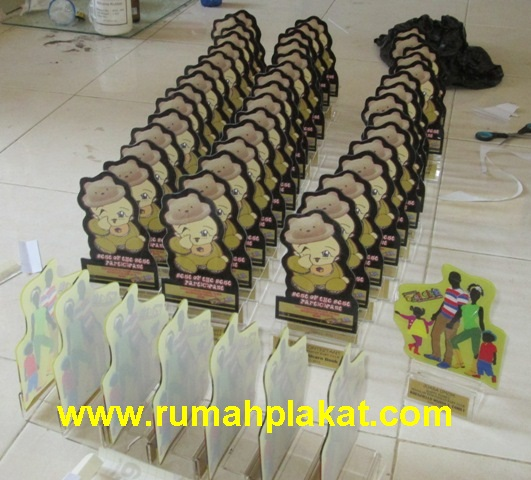 Pusat Produksi Piala Surabaya, Jual Trophy Murah Malang, Supplier Aneka Piala Indonesia, 0812.3365.6355. www.rumahplakat.com