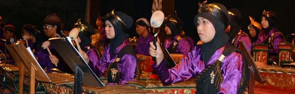 Tim Karawitan UKJGS 2012 saat Parade Gamelan 2013 di Balai Budaya Minomartani membawakan gendhing Oneng