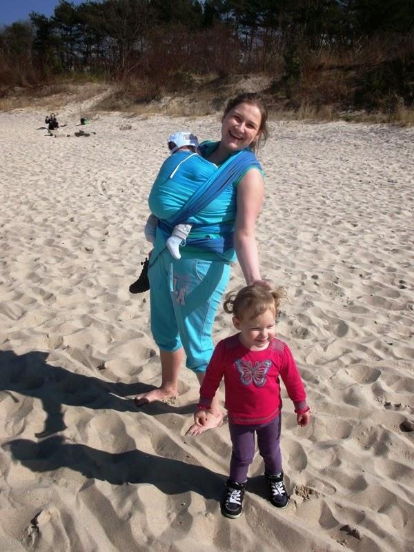 na plaży, chusta, dwójka dzieci