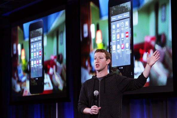 mark zuckerberg pada saat pengenalan Home Facebook