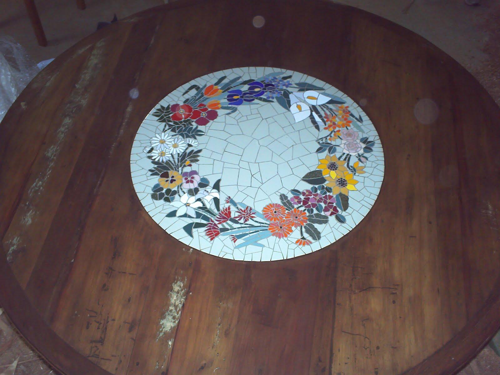 Mesa redonda com mosaico de cer mica drgoinski for Mosaico ceramica