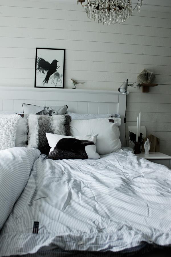 poster fågel, svart fågel, tavla svart fågel, prints, tavlor i sovrum, inspiration, lexington sängkläder, påslakan, örngott, sänggavel av trä, tavlor, fåglar i inredningen, trend 2013, fåglar på väggen