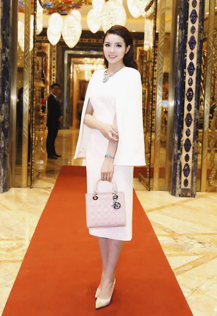 Thiết kế giày sành điệu này tiếp tục được Hoa hậu phối cùng đầm trắng dáng cape thanh lịch để xuất hiện tại gala dinner của sự kiện trên.