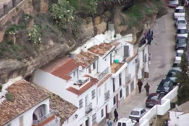 unik dari spanyol ada kota tumbuh di bawah batu batu besar