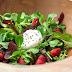 Bunte Blattsalatschüssel mit Erdbeeren und Ziegenfrischkäse