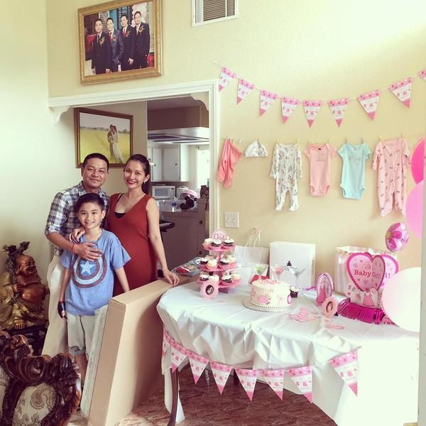 Vợ chồng Kim Hiền tổ chức tiệc cho con gái sắp chào đời