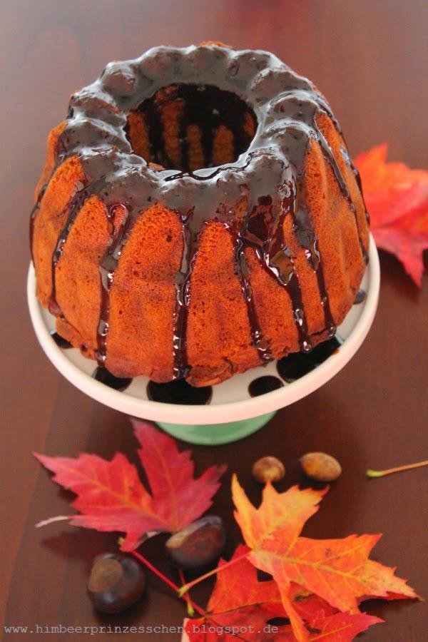 Guglhupf mit Äpfeln Herbst Tortenplatte Rinse Appelstroop Laubblätter