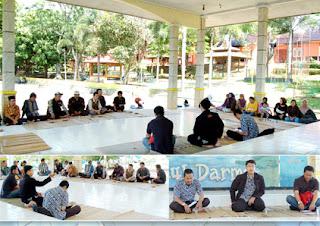 Kepala Unit Jasa dan Pariwisata-nya, Bobby Fajar Riyanto, S.TP diapit sie Keamanan dan Manager Unit Wisata Darma