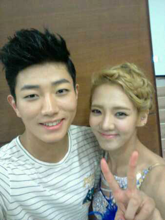 [PICTURE] SNSD Hyoyeon with Hyunsuk Selca Photo