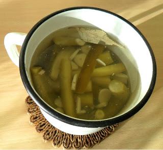 10 февраля, соленые огурцы вымачиваю  в слабом сахарном сиропе со специями