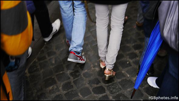Fotografia di piedi con sandali tra la folla