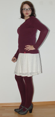 Kleid mit Kuschelpullover und farbiger Strumpfhose