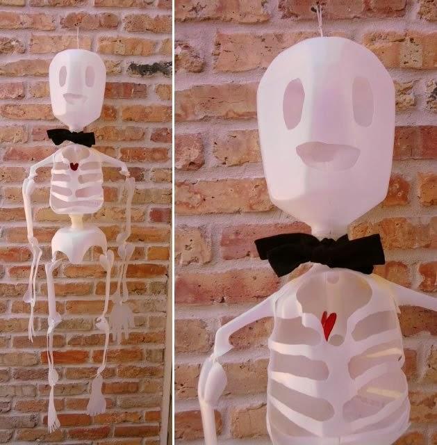 Esqueleto con garrafas de plástico recicladas