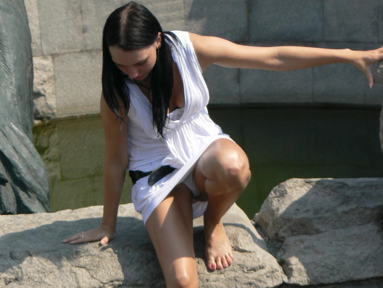 Фото девушка светит белими трусиками в парке 2 фотография