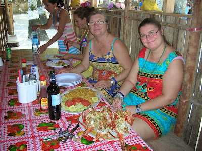 Comiendo langostas, Tubasenika, Guna Yala, San Andrés, Panamá, round the world, La vuelta al mundo de Asun y Ricardo, mundoporlibre.com
