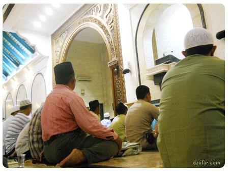 Suasana di dalam masjid agung jawa tengah waktu sholat tarowih