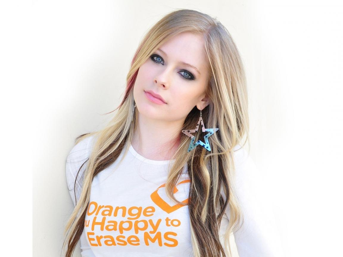http://3.bp.blogspot.com/-wfhAT4Ap0tA/UGRDZJsg9kI/AAAAAAAAAVc/PwQVcL3EmyI/s1600/avril_lavigne_earrings_t-shirt_hair_girl_3165_1152x864.jpg