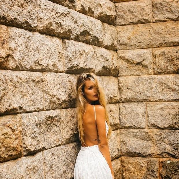 A modelo divulgou no Instagram fotos de um ensaio em que aparece fazendo carão e, usando um vestido decotado