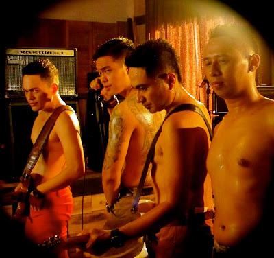 Foto Ada Band Telanjang Dada