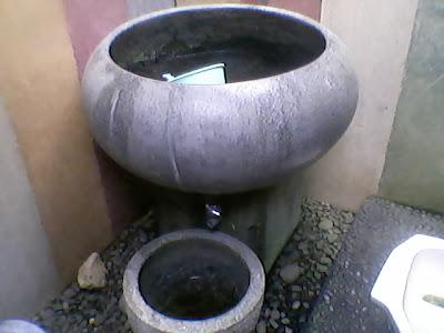 pot untuk tampungan air di kamar mandi