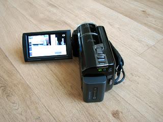 Het LCD-scherm van deze Sony videocamera is hier geopend