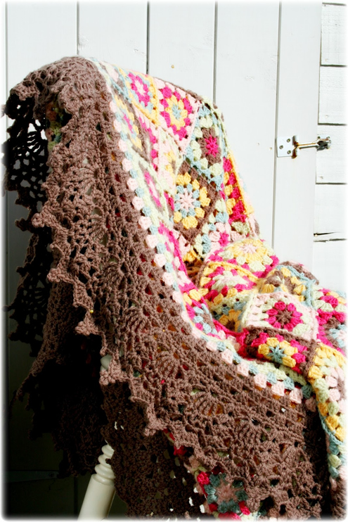 Crochet edge granny square blanket (photo by Coco Rose Textiles) | Happy in Red