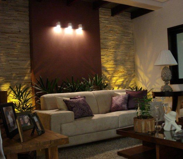 iluminacao de jardim interno: ambiente à noite, com as luzes acessas arandelas e jardim interno