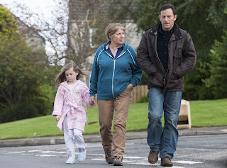 Courtney (SKYE DEVLIN), Tracy (VICTORIA WOOD), Jackson Brodie (JASON ISAACS) in Case Histories 2 on BBC1