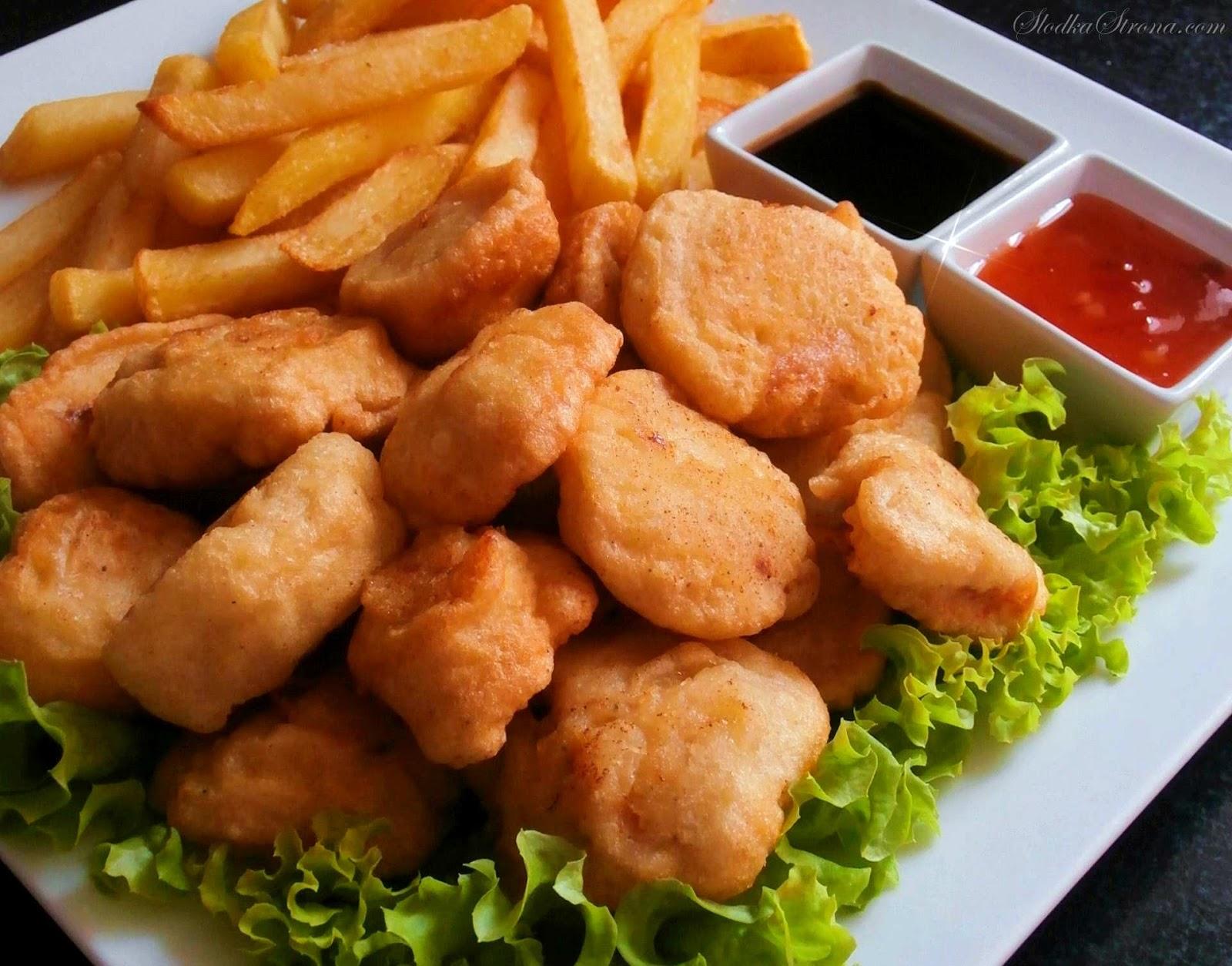 kurczak w ciescie na kwadratowym talerzy z ziemniakami , salata strzepiasta sosem sojowym i slodkokwasnym