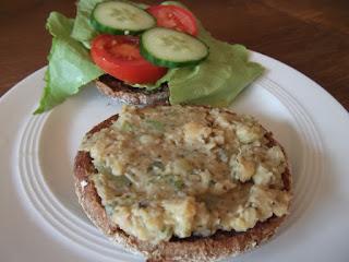 Besser-als-Thunfisch-Salat auf Brötchen