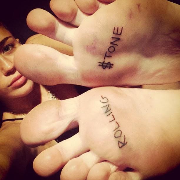 Miley Cyrus muestra su nuevo tatuaje Rolling $tone