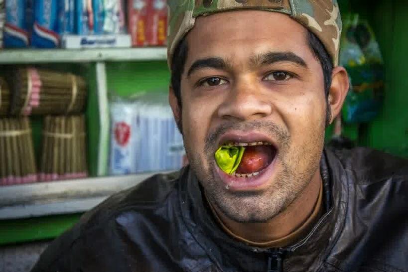 gambar pemuda mengunya Cara Mengobati Sakit Gigi dengan Daun Sirih