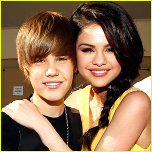 Justin Beiber  Selena Gomez on Justin Bieber Selena Gomez Hug Wallpaper