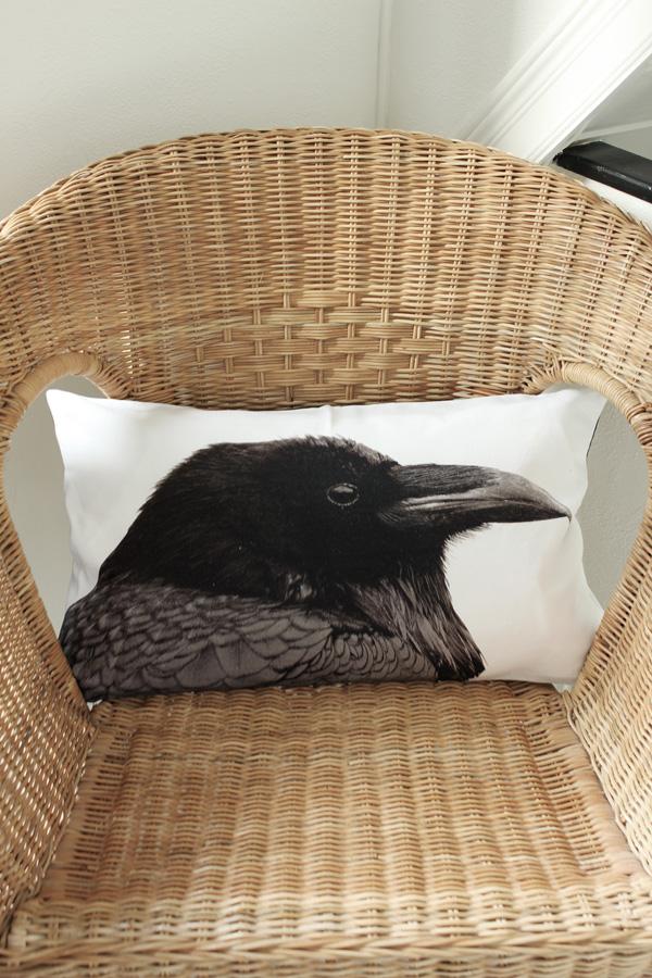 korgstol i hallen, kudde från H&M Home, kudde med fågel