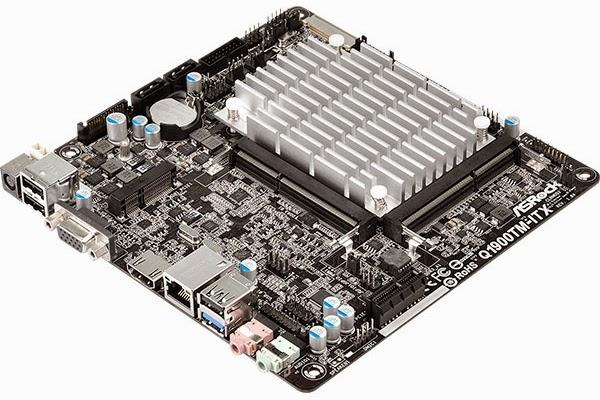 Q1900TM-ITX на столе